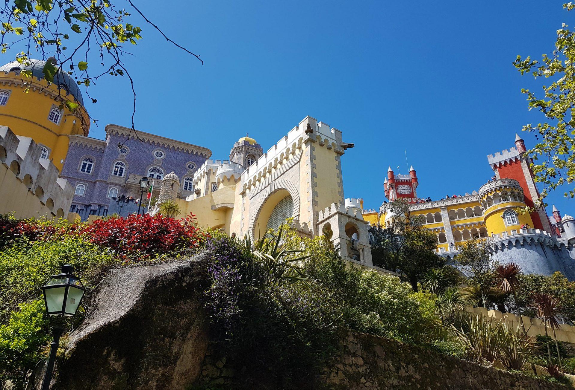Fachada exterior de colores del Palacio de Pena