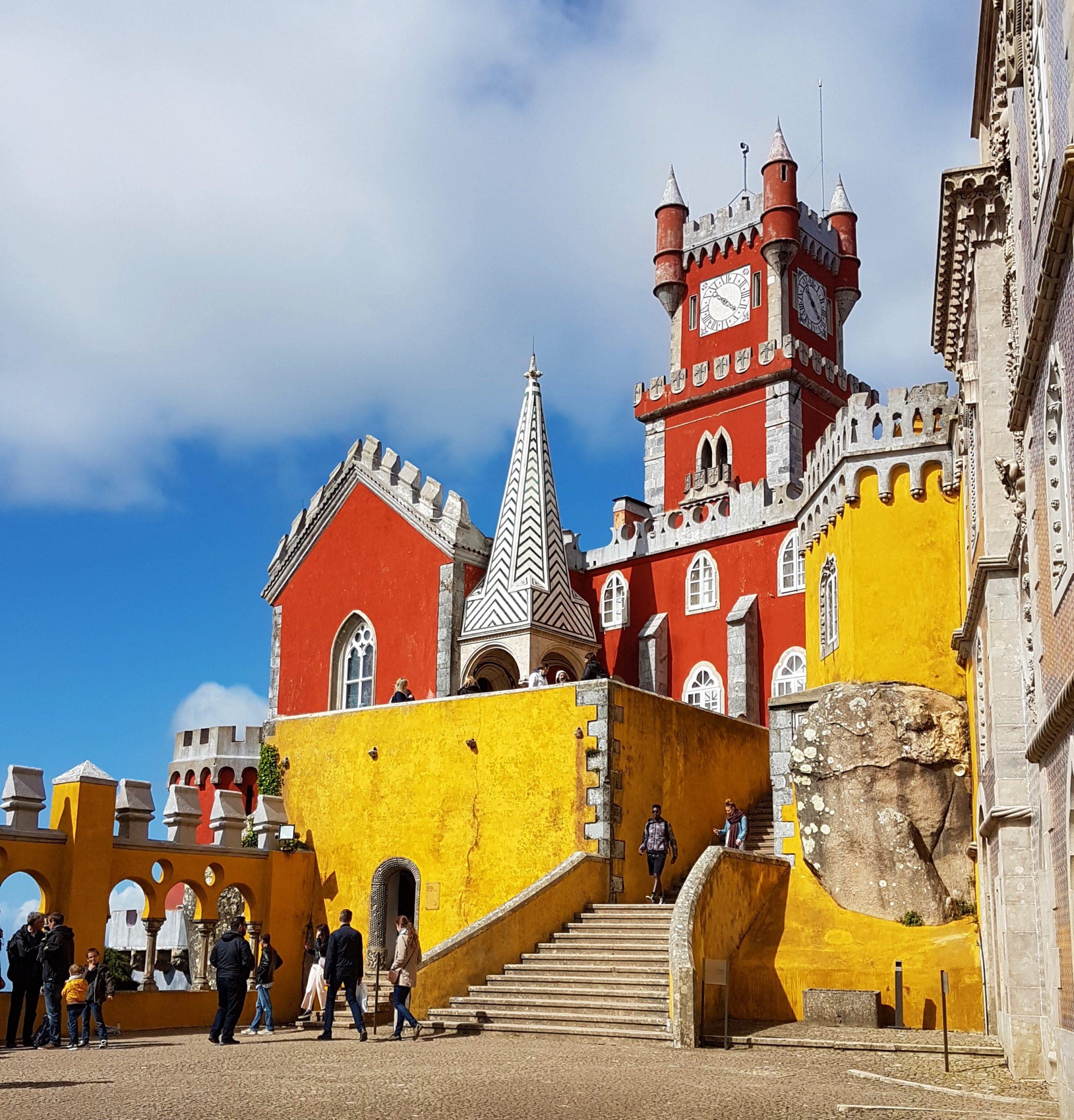 Fachada roja y amarilla del exterior del Palacio de la Pena