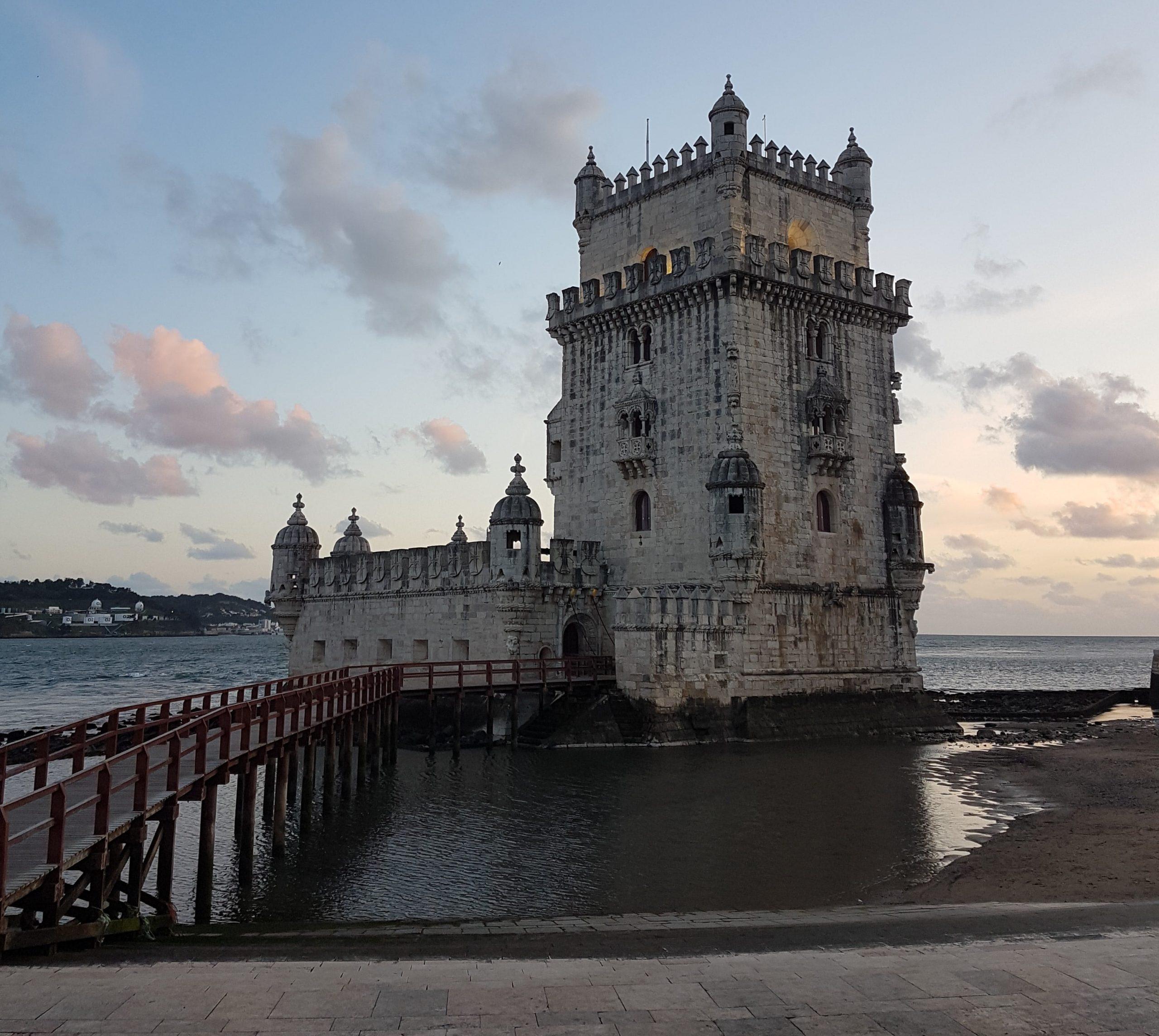 Pasarela de acceso por el mar a la torre de Belem de Lisboa