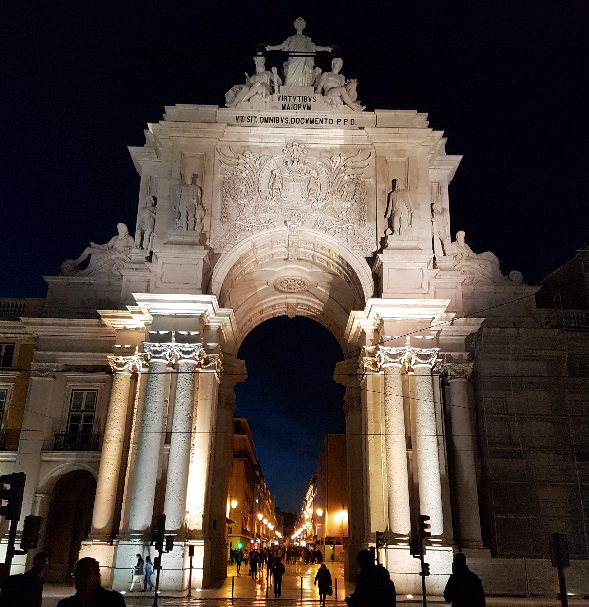 Arco de la rua iluminado en la plaza del comercio