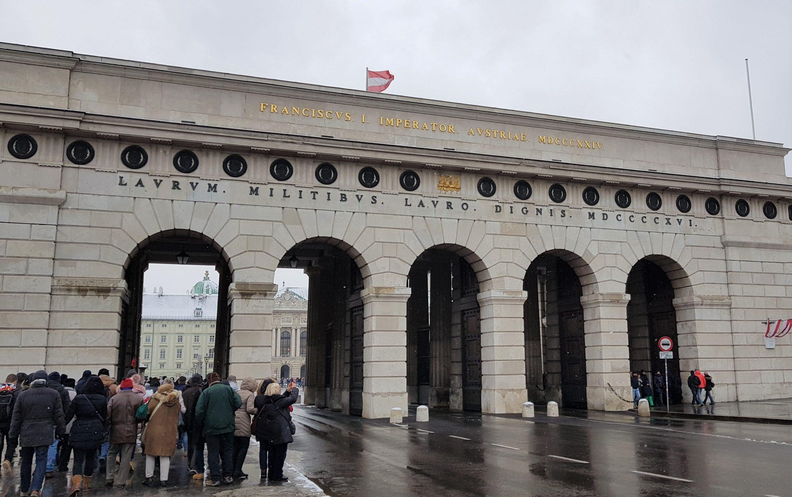 gente entrando por la puerta Burgtor de Viena