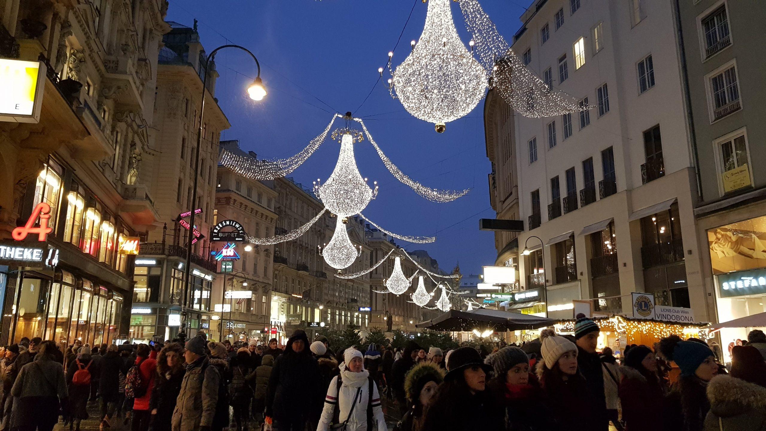 Iluminación navideña en la calle peatonal Graben de Viena
