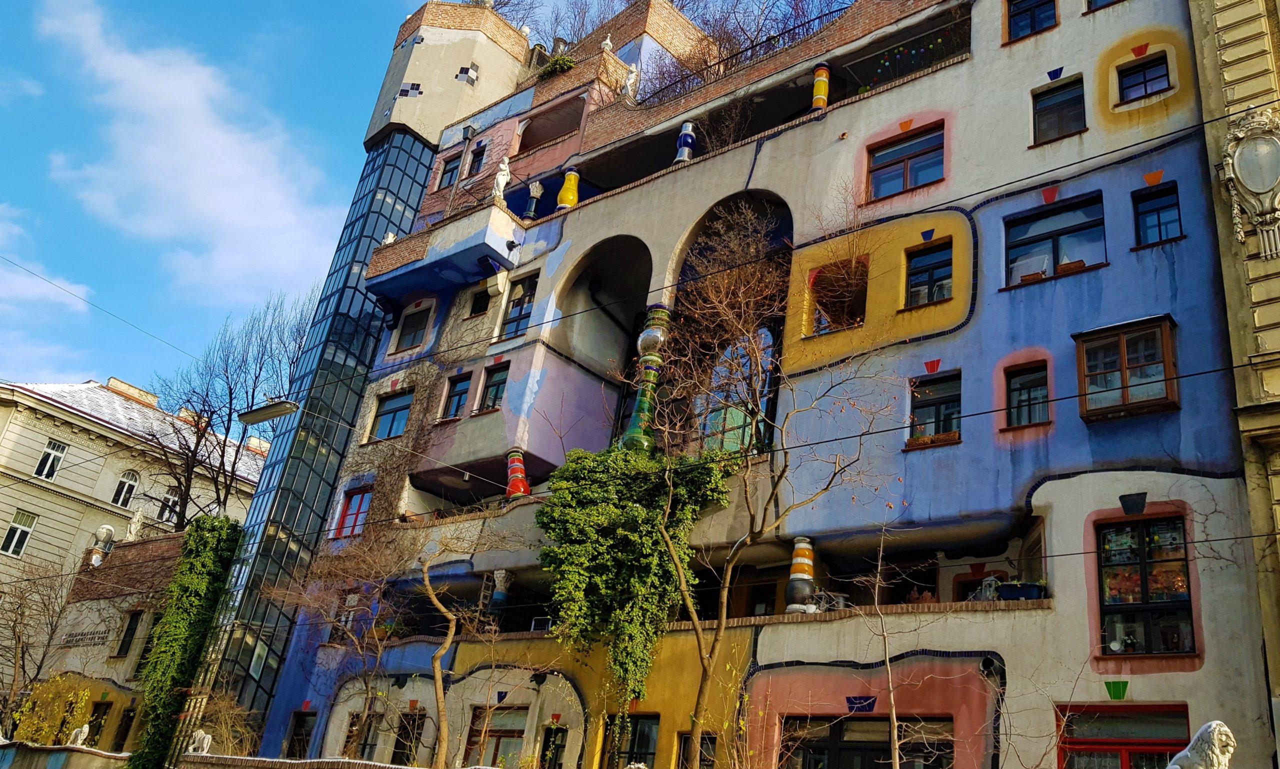 Fachada de colores del edificio Hundertwasserhaus en Viena