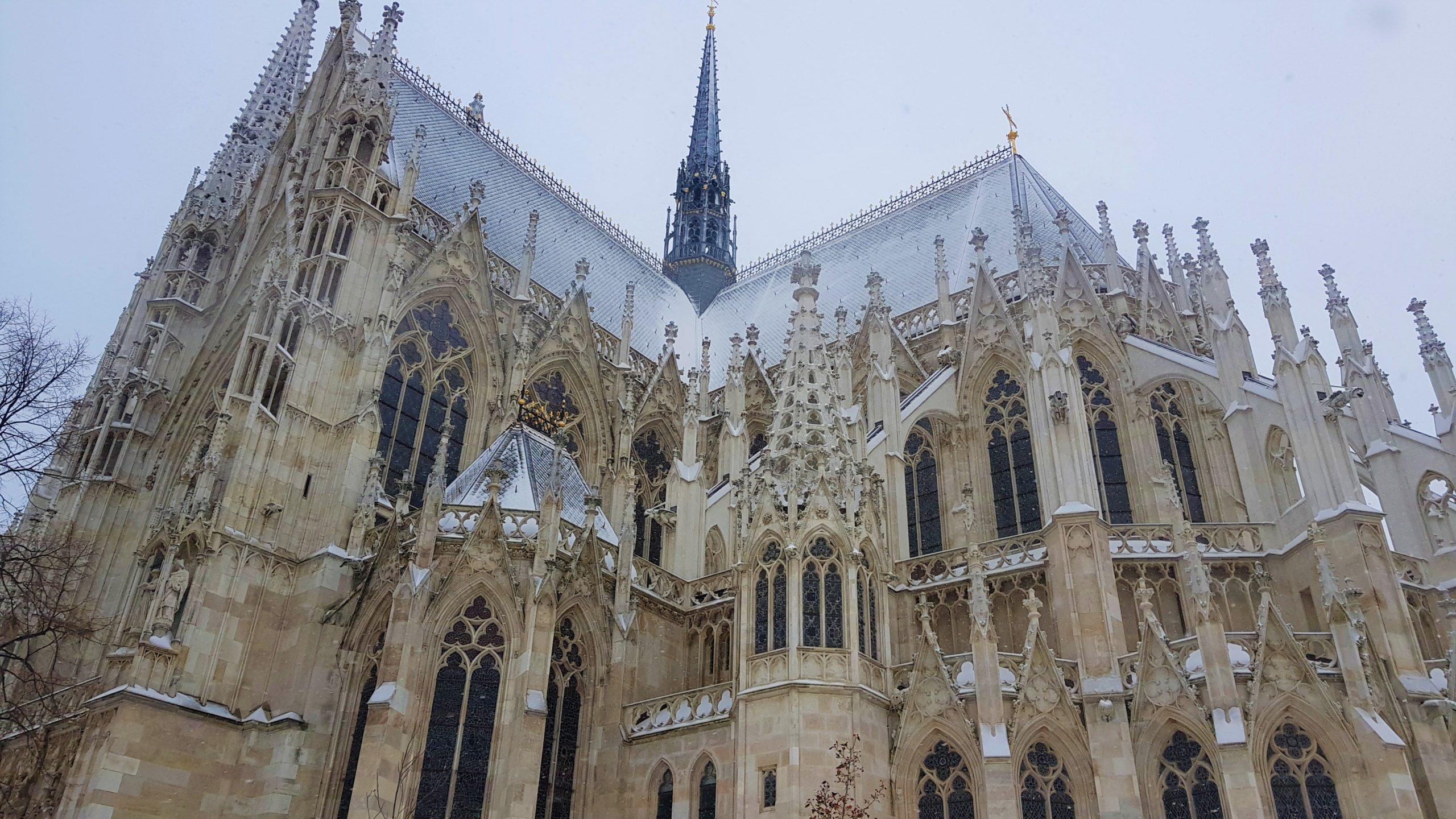 Exterior de la iglesia Votiva nevada en Viena