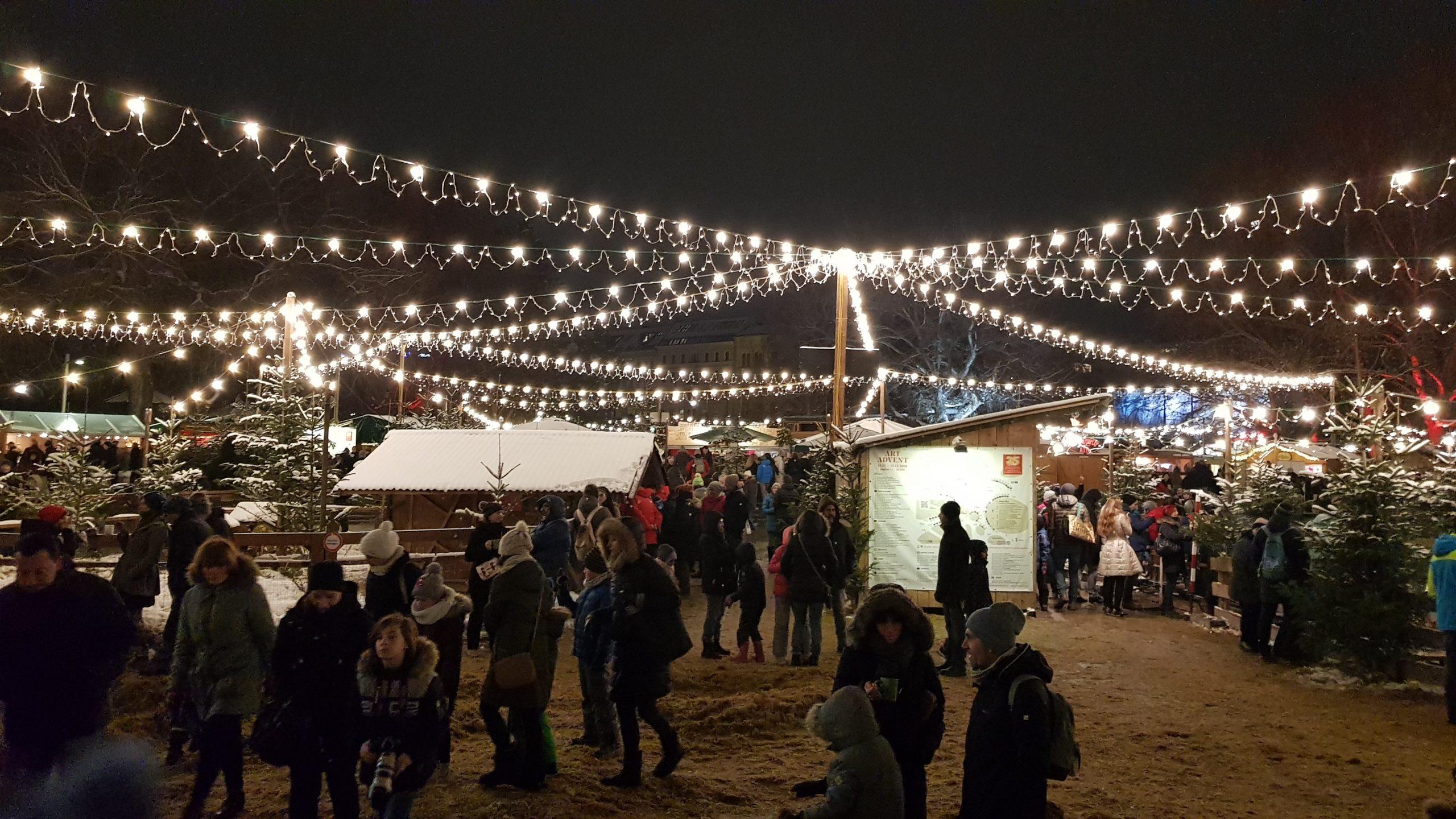 Mercado de navidad de Naschmarkt en Viena por la noche
