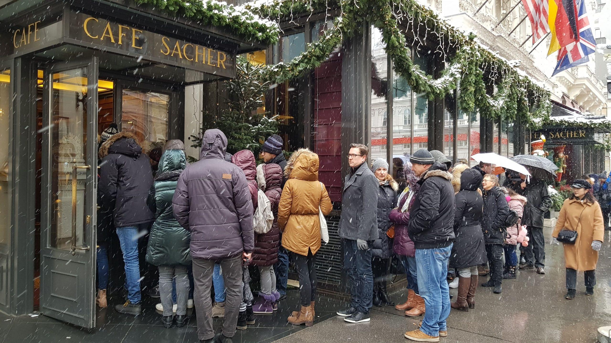 Gente haciendo cola para entrar al Café Sacher de Viena