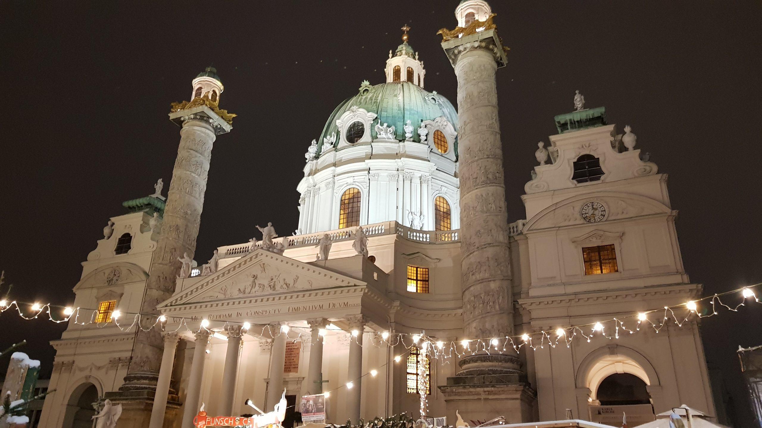 Iglesia de San Carlos Borromeo (Viena) iluminada por la noche