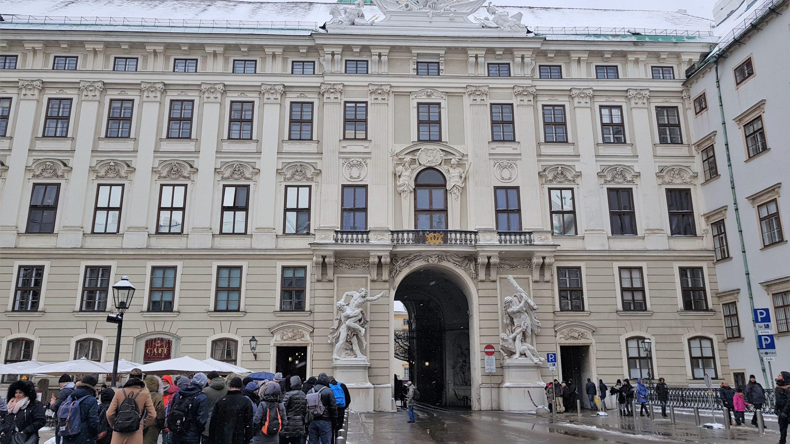 Exterior del palacio imperial Hofburg en Viena