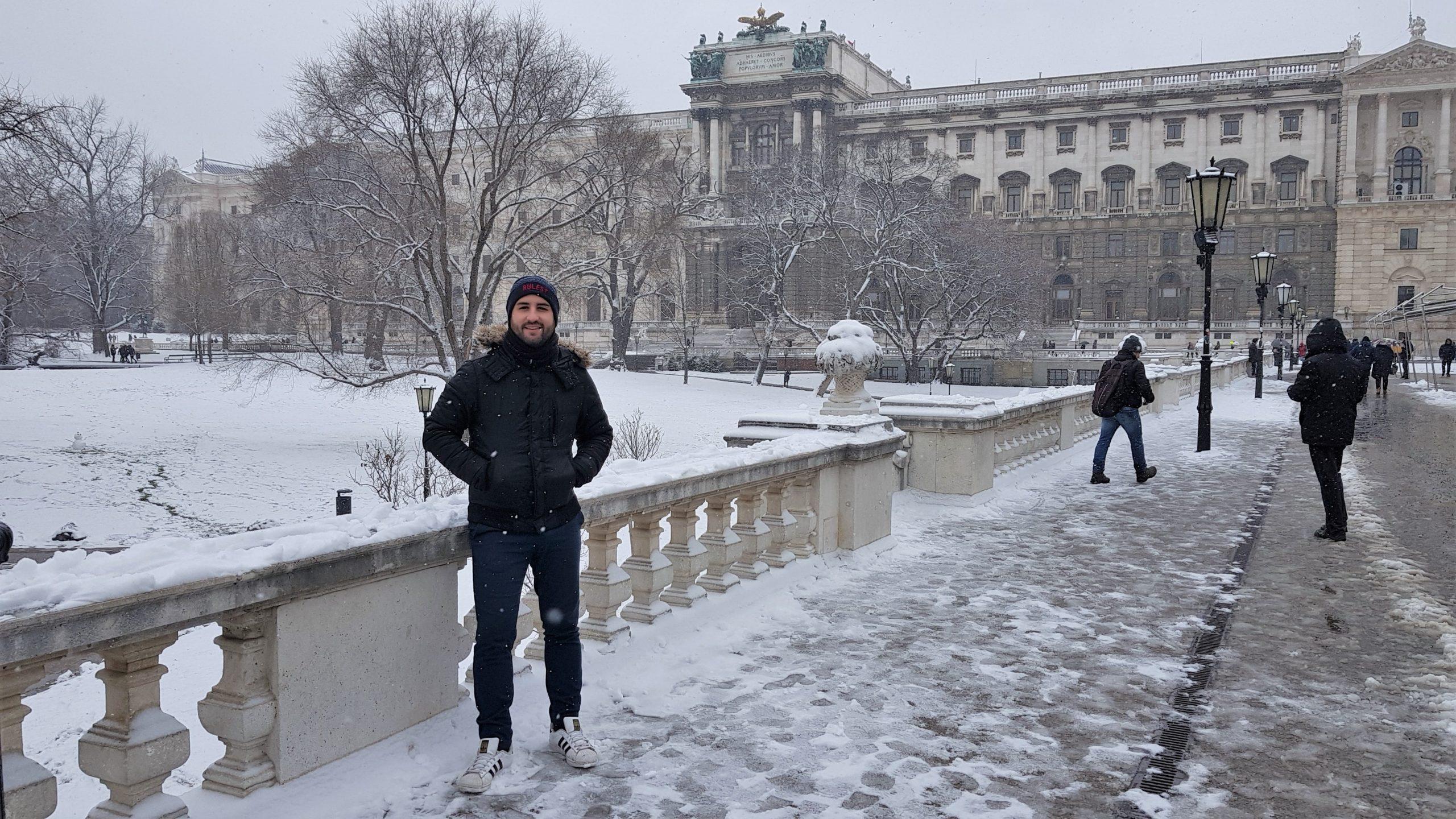 Isgoga en el parque Burggarten nevado en Viena