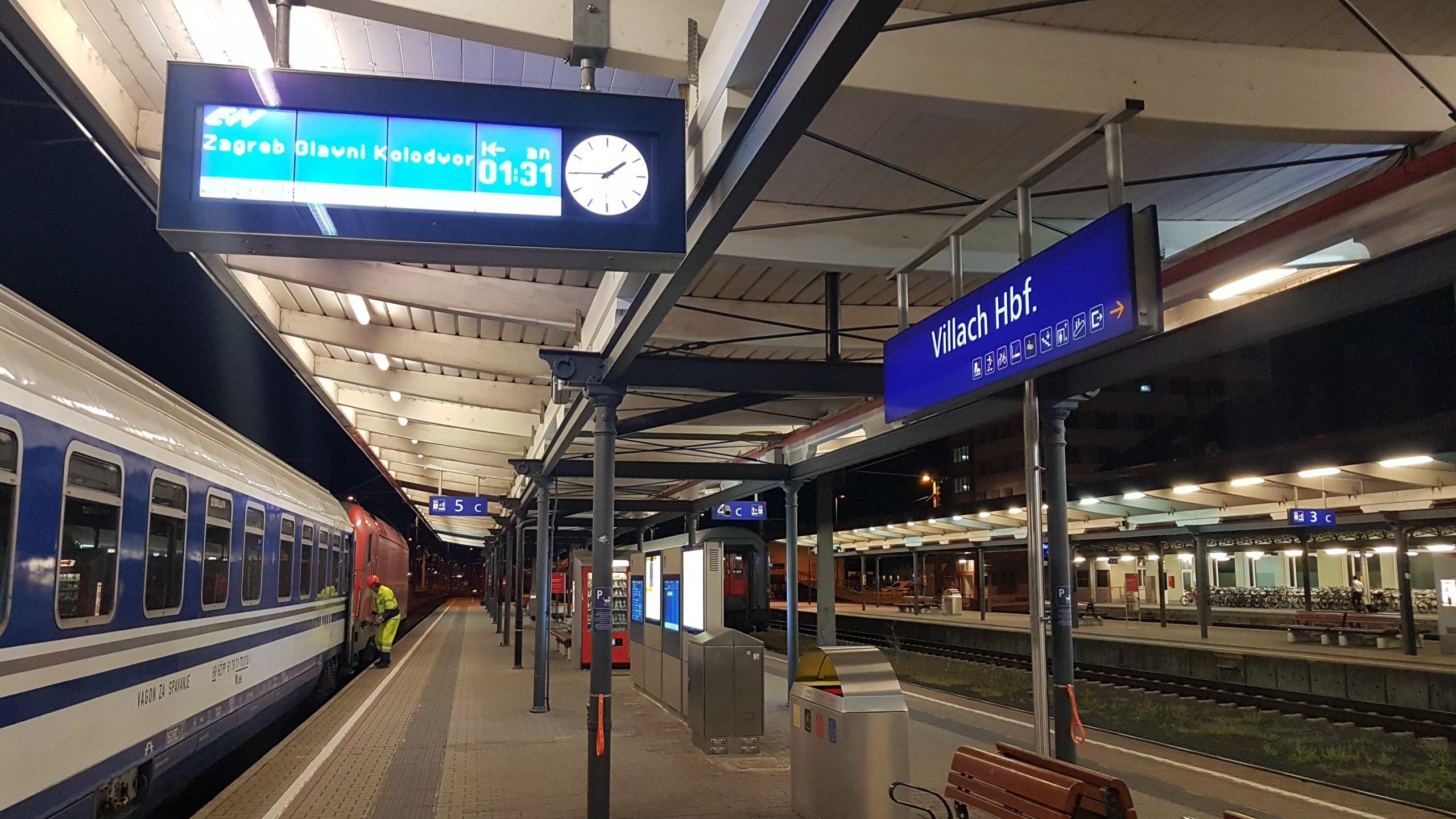 Andenes de la estación de trenes de Villach por la noche