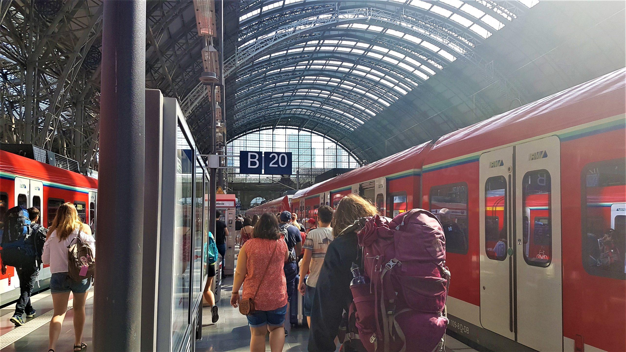 Bajando en la estación de Frankfurt Hauptbahnhof