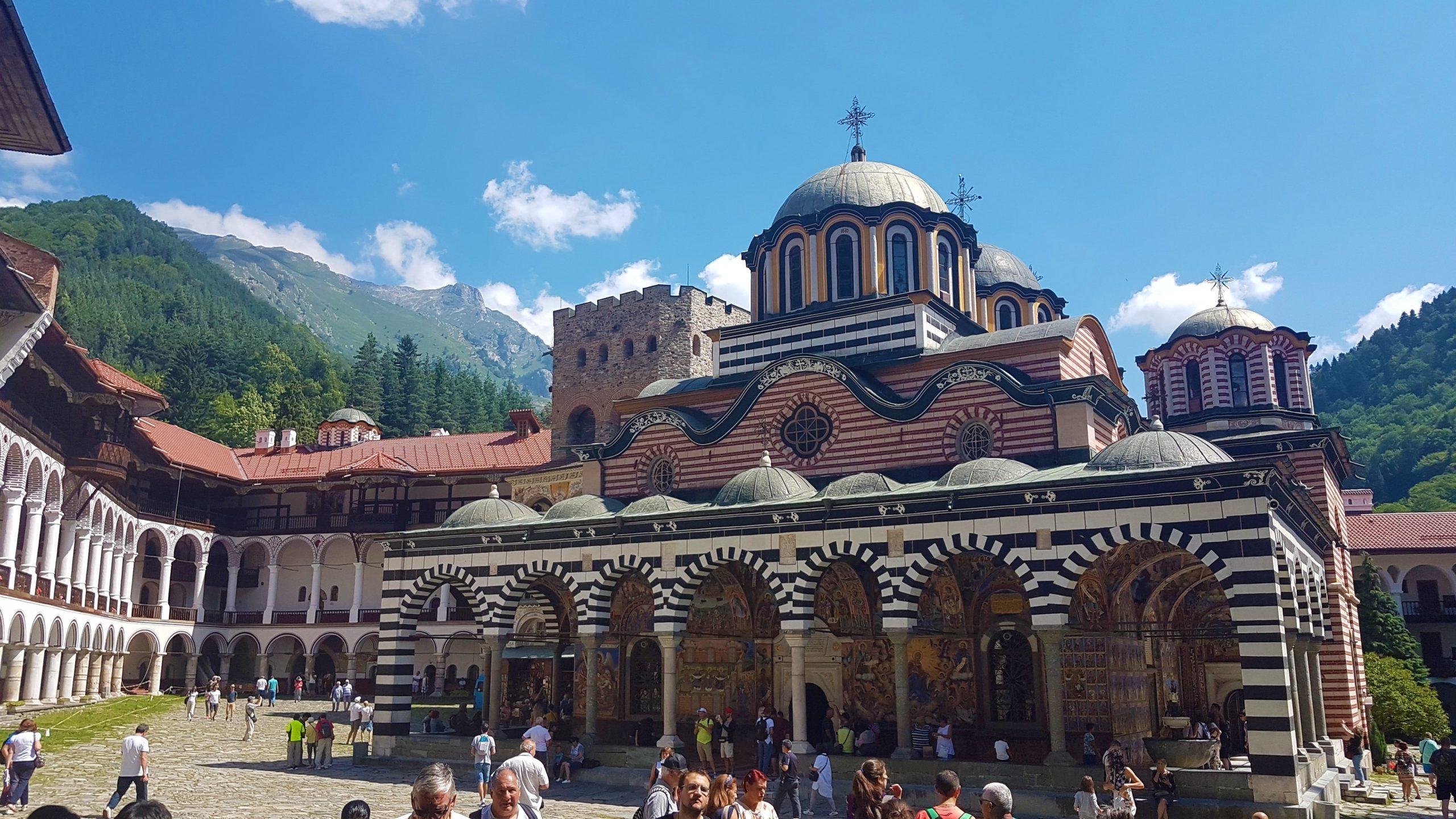 Exterior del monasterio de Rila rodeado entre montañas