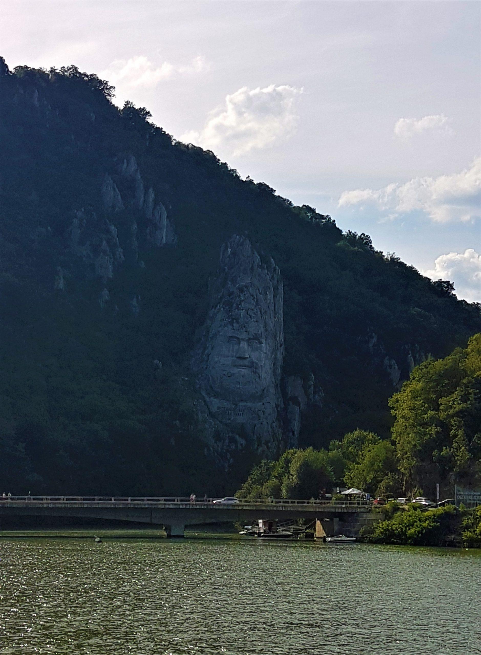 Estatua del Rey Decebalo vista desde el Danubio